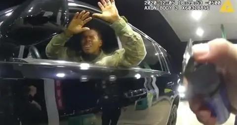 美国黑人军官被两名白人警察拦下殴打 喷辣椒水
