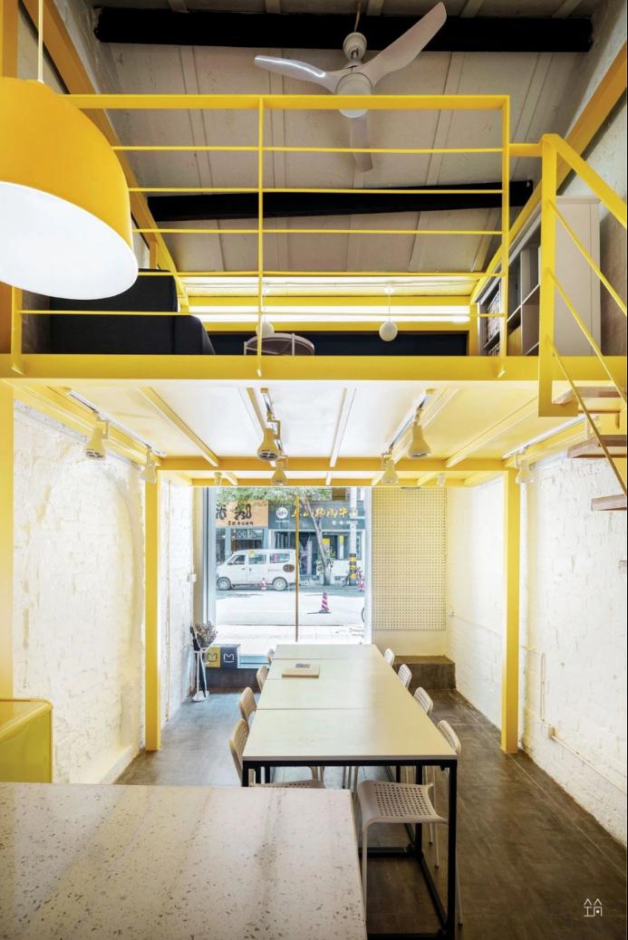 复式阁楼纯色空间,黄白对撞,营造视觉冲击感