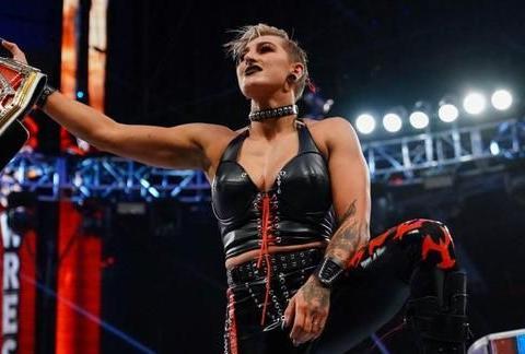 雷亚痛击明日华勇夺WWE女子冠军,罗曼获家族力保卫冕金腰带