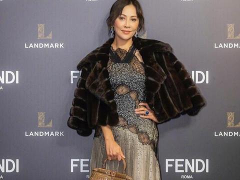 刘嘉玲保养得太好,黑金色吊带裙秀少女身段,配皮草真有贵妇范