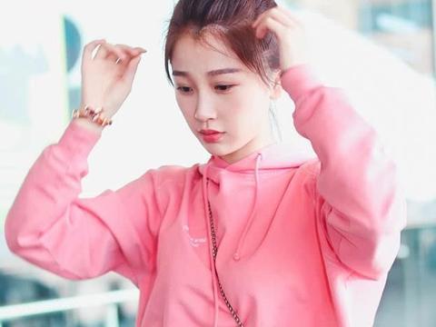 """丸子头爱好者虞书欣,卫衣+牛仔裤,果真是""""可爱系""""女孩太俏皮"""