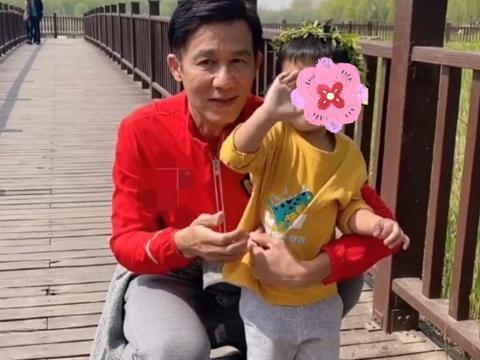 61岁李子雄罕见与妻儿同框,头发浓密抢镜,与两岁儿子合照似爷孙