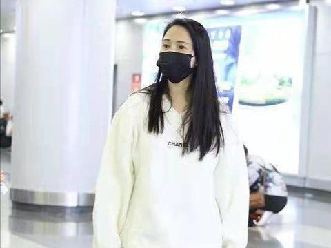 伊能静罕见和女儿小米粒同框走机场,素颜出镜略显沧桑