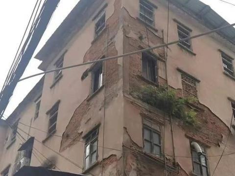 梅州梅江区一老旧住宅楼墙皮脱落成隐患,住户盼望能尽快修复!