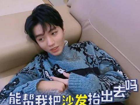 王俊凯一上车就睡觉,刘昊然自拍镜头下,意外暴露他的真实颜值