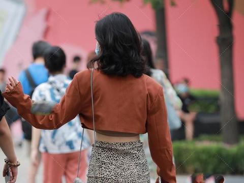 橘红色短款西装搭配豹纹短裙,性感又时尚