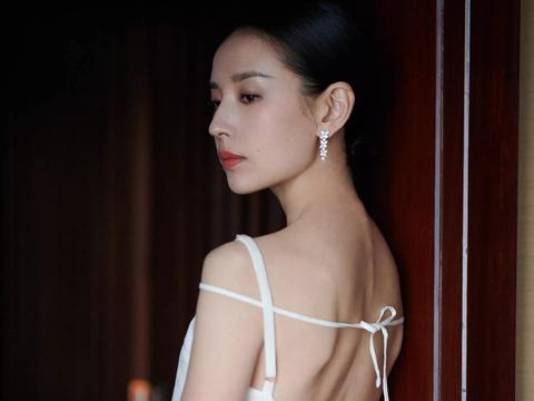 董洁 白色吊带露背长裙简约森系,气质优雅