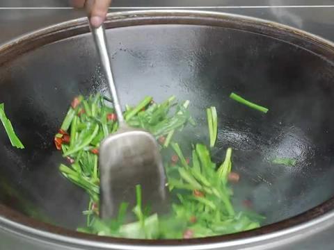 """66买6个猪腰子,阿米做""""水煮腰花""""垫点韭菜,鲜香嫩滑,解馋"""