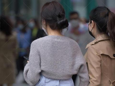 蓬松小上衣显温柔,浅色穿搭清新自然,腰带点缀更加时髦