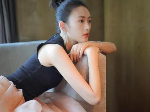 36岁童瑶太有韵味,穿抹胸裙大展曲线身材,网友:真有气质