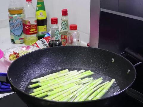 野生竹笋炒腊肉在加上自家酿的捻子酒,一餐能多吃两碗饭