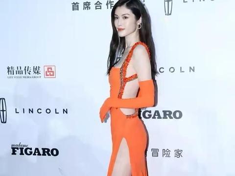 超模就是不一般,何穗穿橘色开衩裙秀美腿,姣好身段太惊艳