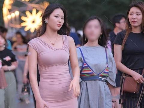 微胖女生穿时髦长裙,风格简单利落,美出了优雅洋气的感觉