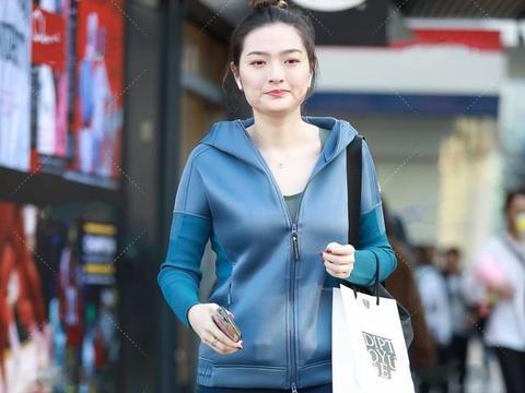 蓝色运动外套搭配瑜伽裤,大方有气质,时尚又减龄