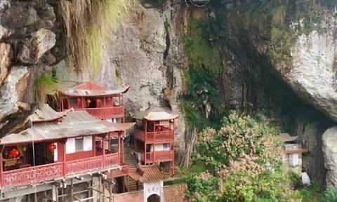 福建有一座在悬崖峭壁中挂着一座阁楼,距今已有800年的历史