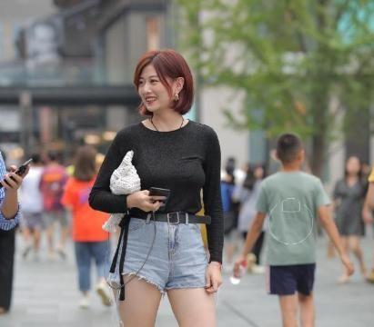 """小姐姐穿衣太随性,黑色修身衫搭配牛仔热裤,""""筷子腿""""成主角"""