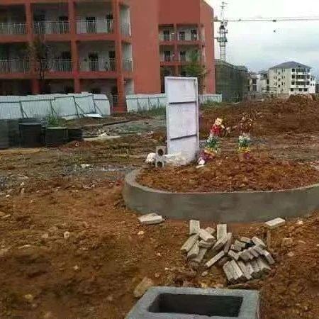 邵阳这里一男子在学校新修的体育场内修建坟堆?