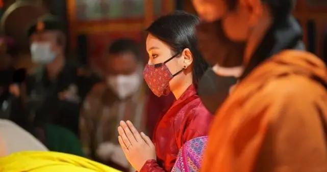 30岁不丹王后点油灯悼念菲利普亲王,戴红宝石耳钉,侧颜美翻了