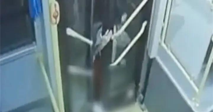 女学生下公交手脚被夹遭拖行24秒!涉事司机有20年驾龄已被停职