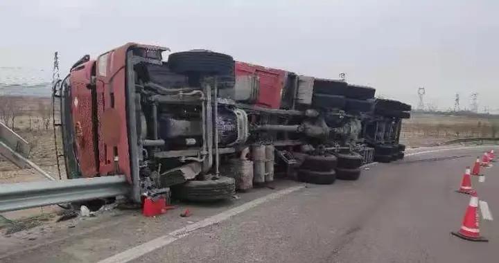 宁夏高速上重型半挂车未减速,瞬间在匝道侧翻