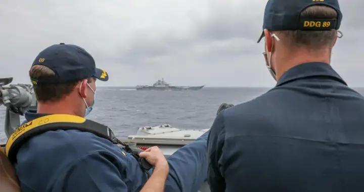 辽宁舰航母和美国军舰在菲律宾海近距离相遇