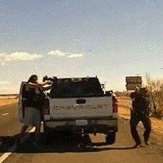 美国毒贩枪杀警察视频曝光:手持步枪射击 逃逸前补枪爆头