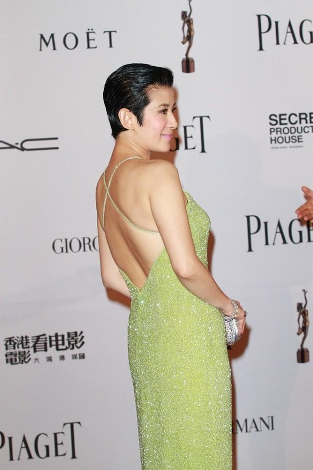 """吴君如终于认真打扮,草绿色吊带裙清新减龄,""""葫芦身材""""抢镜"""