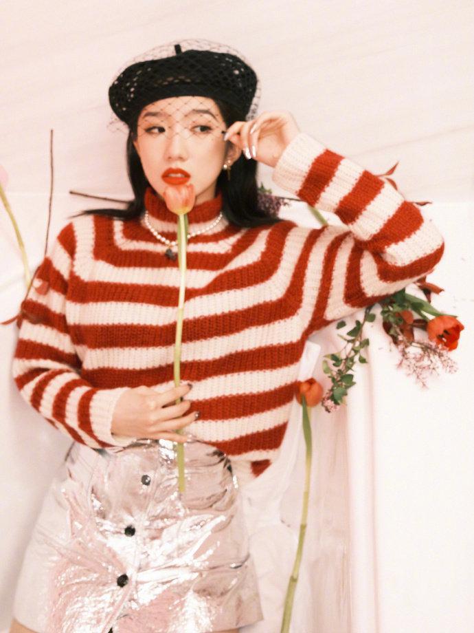 Dior上海大秀造型, 红色条纹毛衣搭配银色皮革迷你裙……
