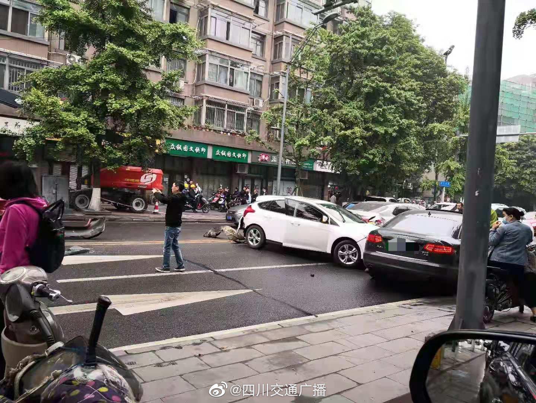 成都河边,滨江东路,下莲池街路口,发生一起交通事故……