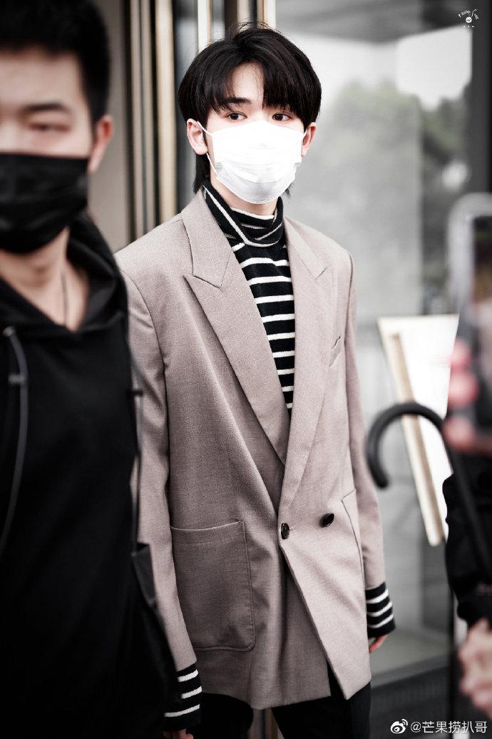 宋亚轩浅色西装+条纹内搭,乖乖带着口罩的顺毛崽崽好帅啊!