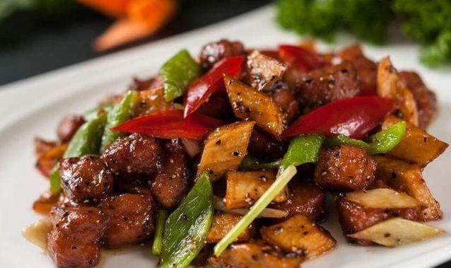 美食:红烧鸡爪,腐竹炒腊肠,黑椒杏鲍菇牛肉粒,辣椒炒肥肠的做