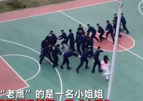 """湖南一小姐姐与20多名消防员玩""""老鹰抓小鸡"""",网友:走开让我来"""