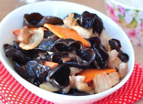 美食推荐:虾皮拌香菜,龙井虾仁,秋木耳溜肉片,彩椒炒百合