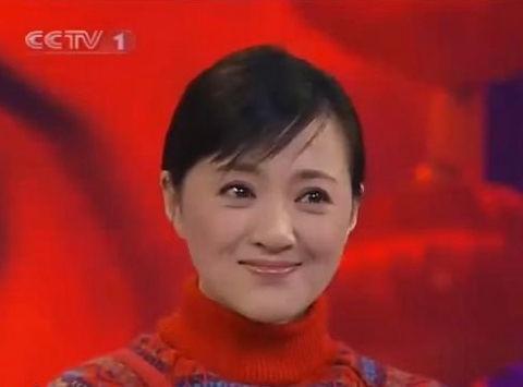 她曾是春晚第一美女,演戏多年仍未红,如今45岁靠直播为生