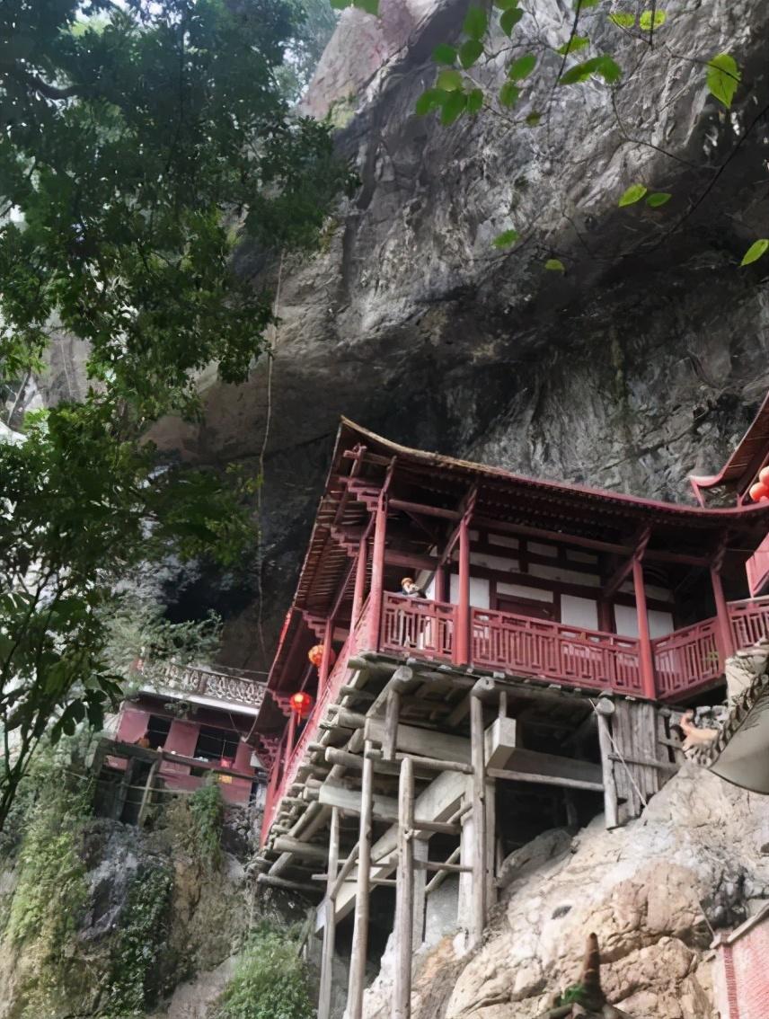福建一座悬崖峭壁之中,悬空挂着一座阁楼,距今已有800年的历史