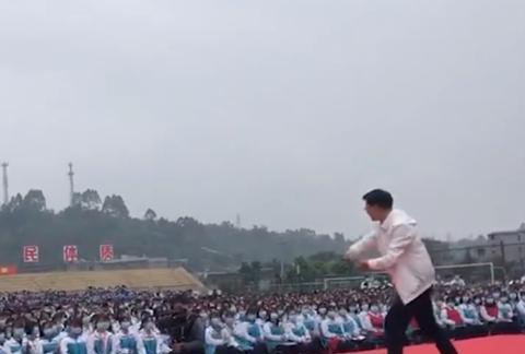 四川省教育局长为学生跳霹雳舞减压现场沸腾