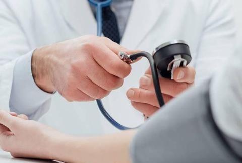 喝茶能帮助降血压吗?高血压群体,该喝哪种茶,怎么喝?专家解答