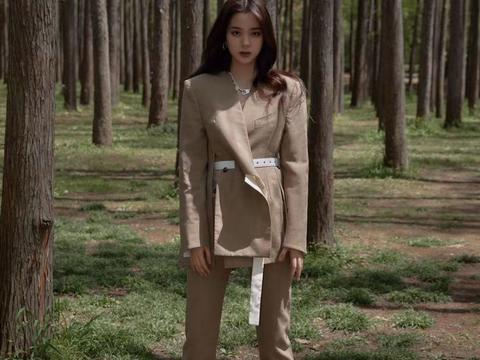 欧阳娜娜穿卡其色西装,帅气优雅,很有时尚教主风范儿