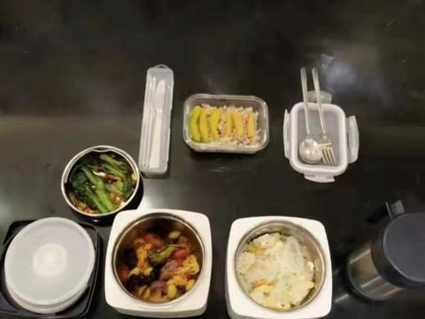 60岁刘德华晚餐曝光,全是素菜饭量小,网友感慨:自律的刘天王