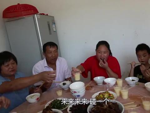 胖妹跑去舅家蹭饭,铁锅炖大鹅真馋人,吃着太带劲了