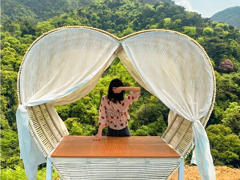 南丹山是原始森林和游乐设施、天空之城凉亭相结合的游乐园