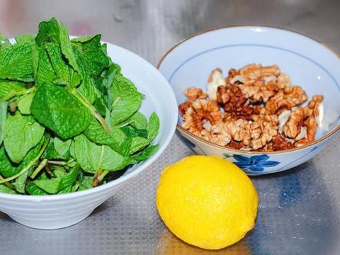 """农村这种野菜,很多人误以为是""""薄荷"""",用核桃仁一拌,清香爽口"""