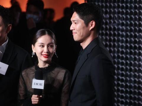 和新男友吴永恩牵手走红毯,穿网纱印花裙高贵典雅