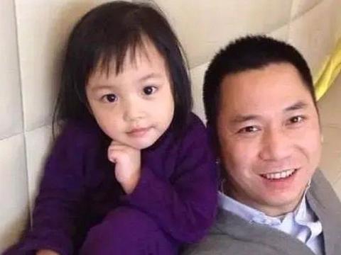 小四月11岁近照,大眼睛高鼻梁越来越美,赵薇优秀基因拯救女儿