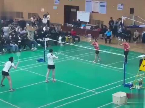 羽毛球 业余女双打起来也很好看