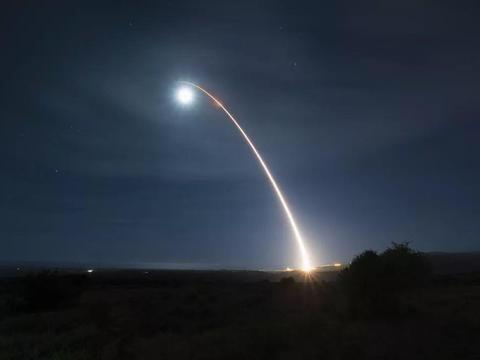 天空划过烈焰 大洋掀起巨浪 俄卫星发现新情况:必须给个合理解释