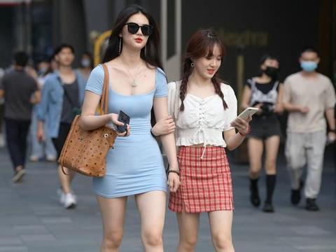 蓝色包臀连衣裙,搭配透明凉鞋,优雅精致又有高级感