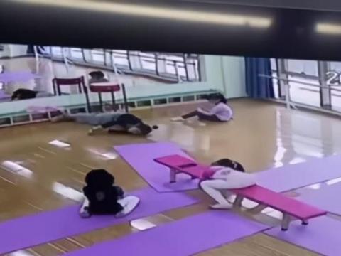 舞蹈老师上课突发疾病,小女孩一个举动及时救了老师,网友点赞