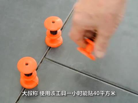 """农民大叔发明""""贴瓷砖""""神器,一小时能贴40平方米,10块钱造一个"""