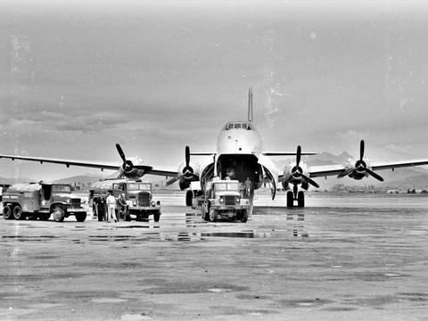 老照片  朝鲜战场上的美军大型运输机 美军够土豪